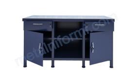 Желязна маса с чекмеджета и щкафове.
